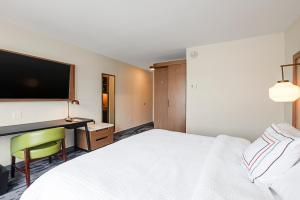 A bed or beds in a room at Fairfield Inn & Suites By Marriott Duluth Waterfront