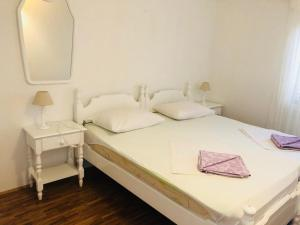 A bed or beds in a room at Guest House Marija