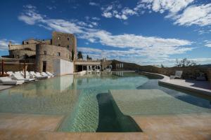 A piscina localizada em Castello di Velona - The Leading Hotels of the World ou nos arredores