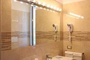 A bathroom at Hotel Ristorante Rosengarten