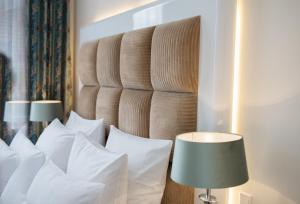 A bed or beds in a room at König`s Hotel am Schlosspark