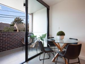 A balcony or terrace at WOOLLOOMOOLOO ANCHORAGE (H)-L'Abode