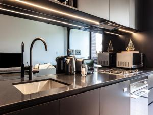 A kitchen or kitchenette at WOOLLOOMOOLOO ANCHORAGE (H)-L'Abode