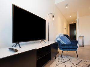 A television and/or entertainment center at WOOLLOOMOOLOO ANCHORAGE (H)-L'Abode