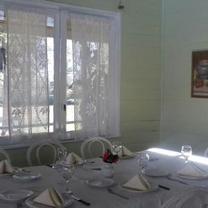 Un restaurant u otro lugar para comer en Las Casuarinas del Rio Capitan