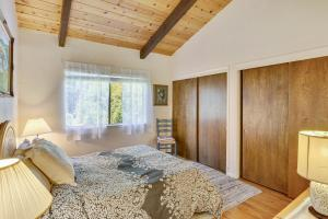A bed or beds in a room at The Greens Retreat