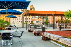 A restaurant or other place to eat at Hampton Inn And Suites By Hilton Portland-Pearl District