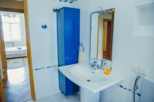 Um banheiro em Clock Tower Apartment in Baku