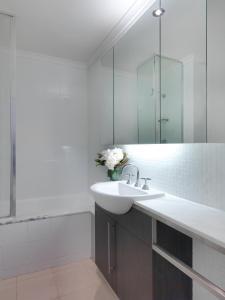 A bathroom at Quality Hotel Carlton