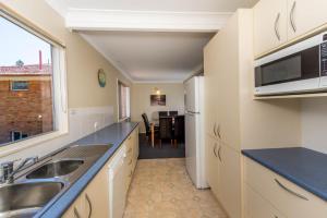 A kitchen or kitchenette at Marine Dr 22 - Fingal Bay