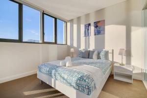 A bed or beds in a room at Stunning Sunset Water View 2BEDs on High Rises
