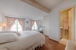 A bed or beds in a room at Maison des Bouchonniers