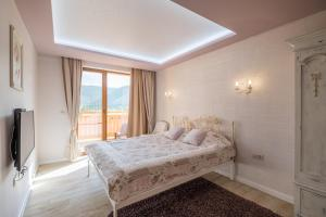 A bed or beds in a room at Villa ADELHEIDE - Spa, Jacuzzi, BBQ