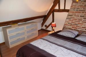A bed or beds in a room at La Chaiserie
