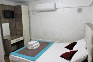 A bed or beds in a room at Divas Hotel