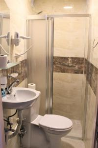A bathroom at Divas Hotel