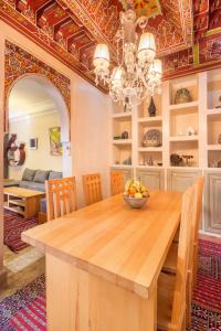 A restaurant or other place to eat at Riad privé luxe au coeur de la Kasbah+ Hammam
