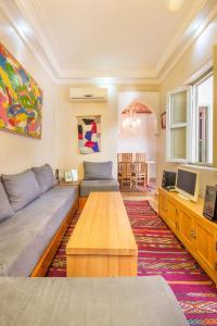 A seating area at Riad privé luxe au coeur de la Kasbah+ Hammam