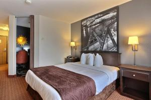 A bed or beds in a room at Super 8 by Wyndham Quebec City