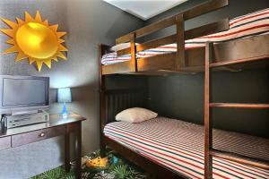 A bunk bed or bunk beds in a room at Super 8 by Wyndham Quebec City