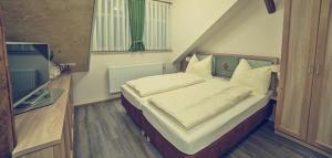 Ein Bett oder Betten in einem Zimmer der Unterkunft Brauereigasthof Marktmühle