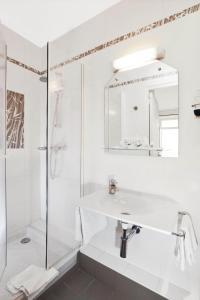 A bathroom at A l'Hôtel Des Roys