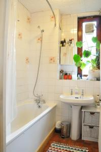 A bathroom at Spacious 1 Bedroom Apartment in Clapton