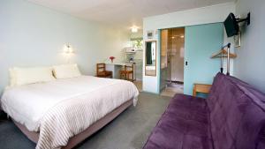 Een bed of bedden in een kamer bij Owaka Lodge Motel