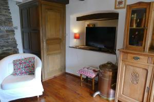 A television and/or entertainment center at B&B La Pommeraie