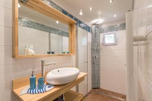 A bathroom at L'ISLE DE FRANCE