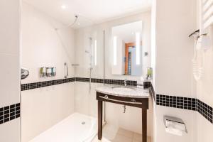 A bathroom at Hampton by Hilton Warsaw Airport