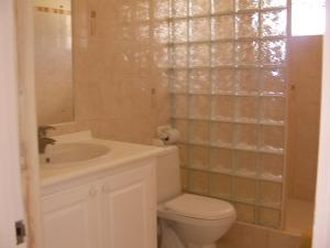 A bathroom at Plover Court Apartments