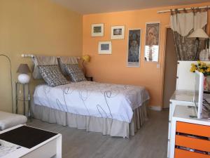 Postel nebo postele na pokoji v ubytování Sunny and Spacious Apt