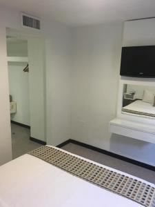 Uma TV ou centro de entretenimento em San Marco Hotel Curacao & Casino