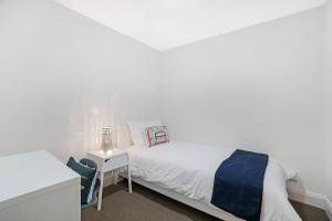 A bed or beds in a room at Cozy apartment with Water view plus Winter garden