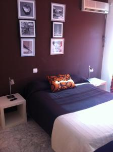 A bed or beds in a room at Hostal Neptuno