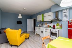 A kitchen or kitchenette at Апартамент Театъра