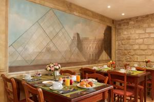 A restaurant or other place to eat at Montparnasse Daguerre