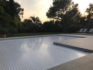 The swimming pool at or near Belle villa à Saint Raphaël dans clos privé