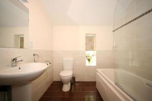 A bathroom at Ballyhoura Mountain Lodges