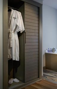 A bathroom at Hard Rock Hotel Daytona Beach