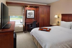 A bed or beds in a room at Hampton Inn Long Island/Islandia