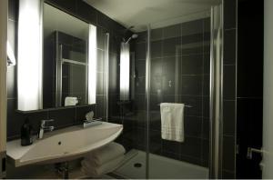 A bathroom at Aparthotel Adagio Liverpool City Centre