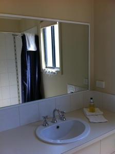A bathroom at Bundalong Holiday Resort