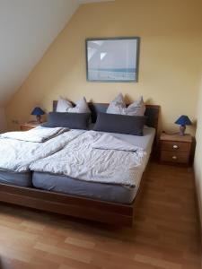 A bed or beds in a room at Ferienwohnung Norden