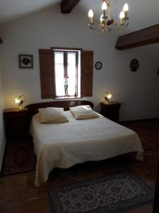 A bed or beds in a room at Domaine de la Pinsonnière