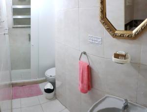 Um banheiro em LINDO E BARATO, AV COPACABANA 1032