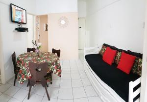 Uma área de estar em LINDO E BARATO, AV COPACABANA 1032