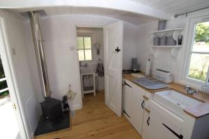 A kitchen or kitchenette at Riverside Bothy at Allt A'Mhuilinn