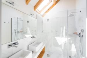 A bathroom at Thomaz Palace